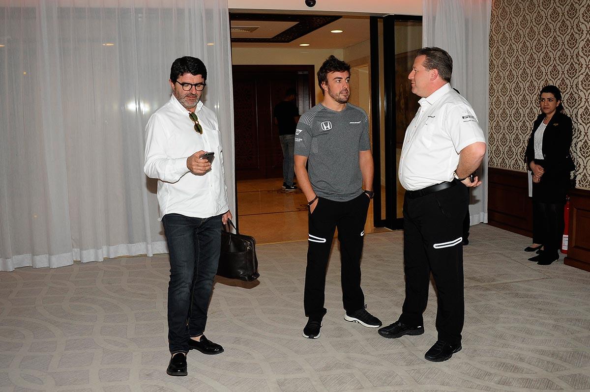 Luis García-Abad, Fernando Alonso y Zak Brown, ayer en Baréin - SoyMotor
