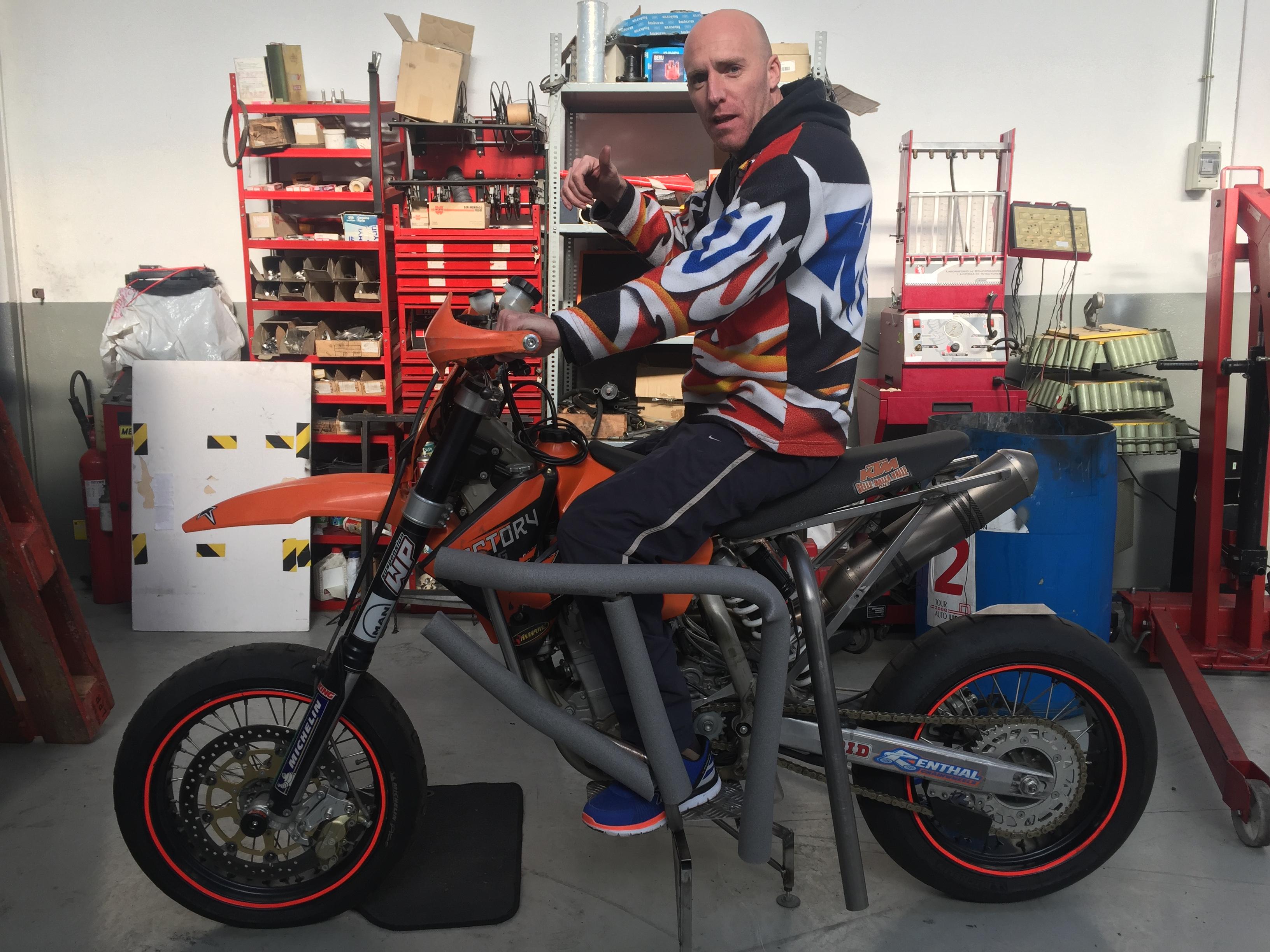 Andrés Herrera con su moto adaptada - SoyMotor