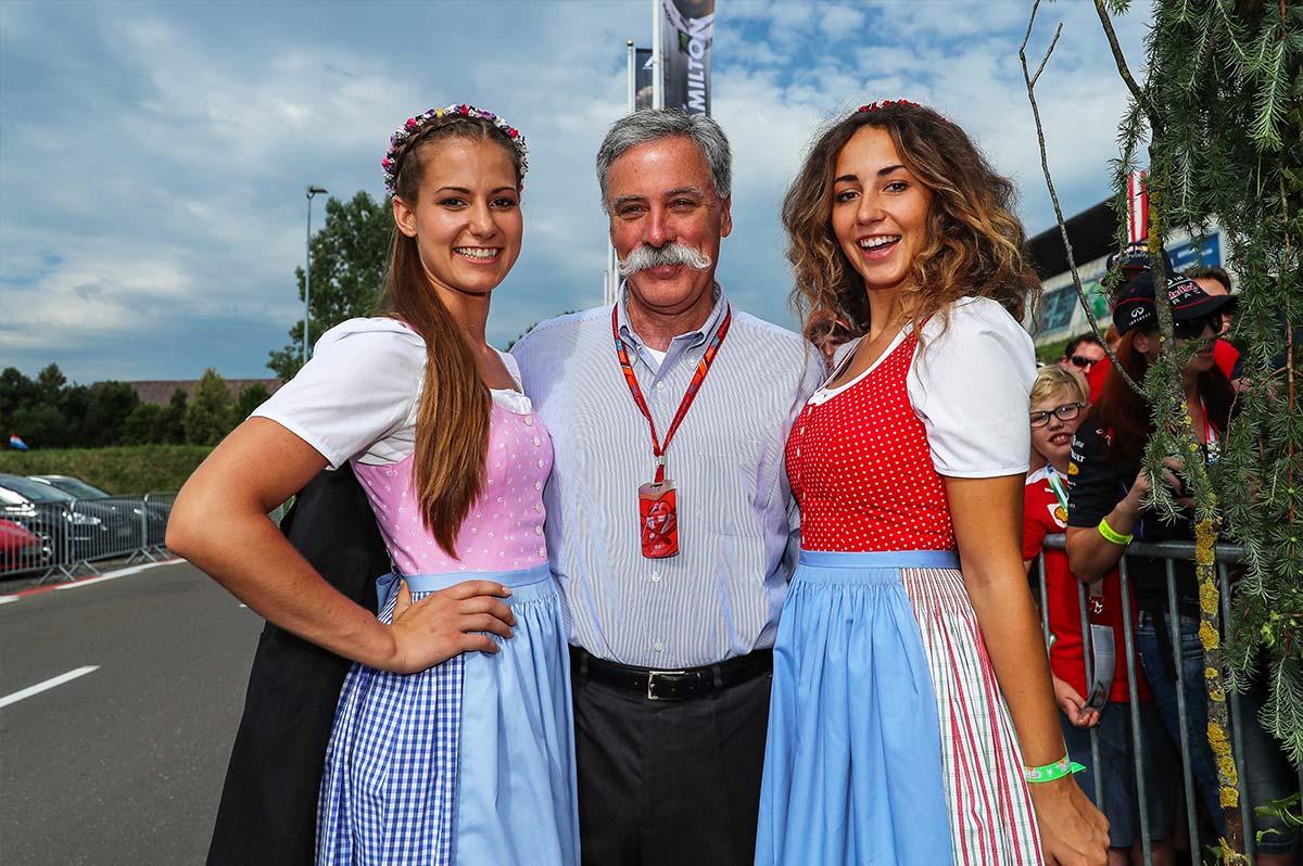 El presidente de la F1, Chase Carey, con dos azafatas en Austria - SoyMotor.com