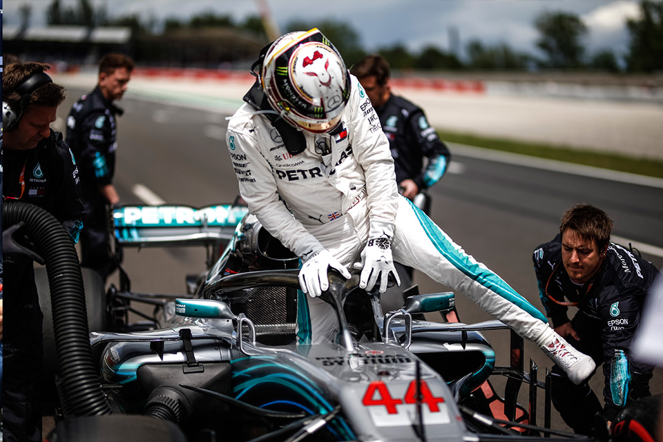 Lewis Hamilton en la parrilla del Circuit de Barcelona-Catalunya - SoyMotor.com
