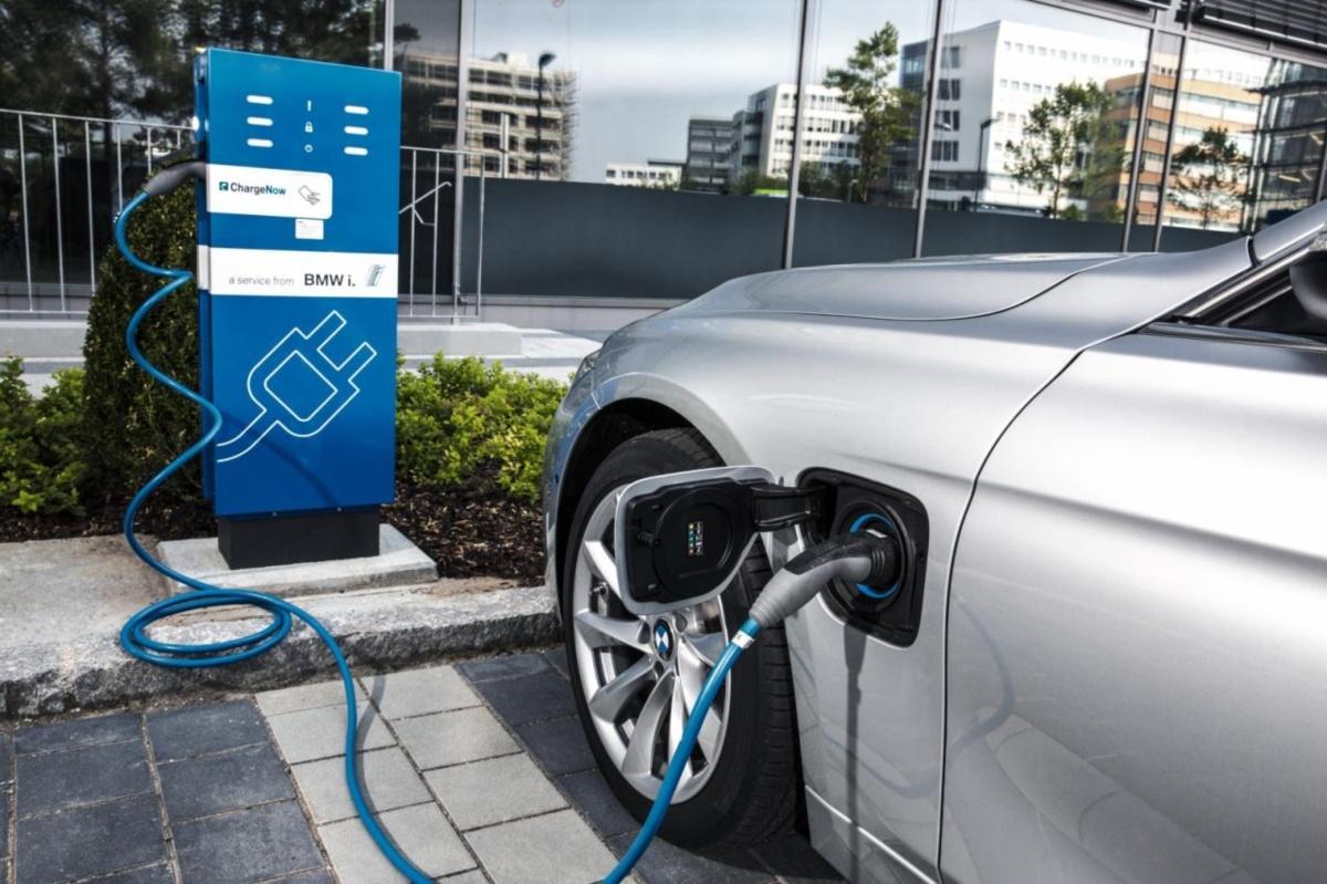BMW estudia 'obligar' a sus híbridos enchufables a funcionar como eléctricos