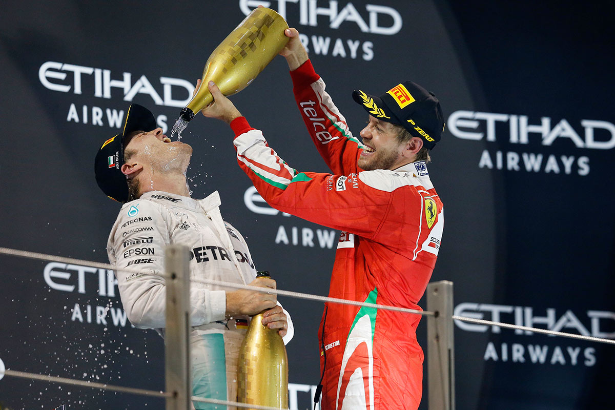Nico Rosberg y Sebastian Vettel en el podio del GP de Abu Dabi F1 2016 - SoyMotor.com