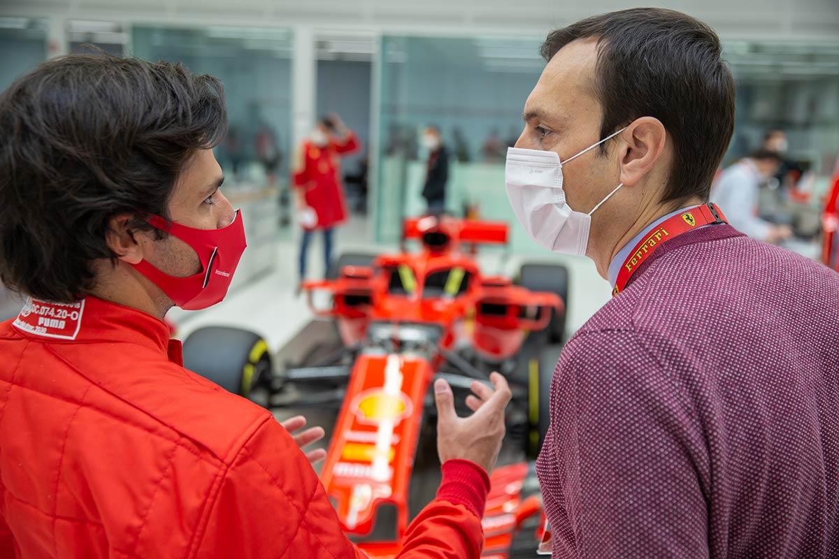 Sainz ante el Ferrari SF71H de 2018 en su primera visita a Maranello - SoyMotor.com