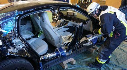 Un bombero procede a romper uno de los pilares del Porsche Panamera con una gran cizalla - SoyMotr