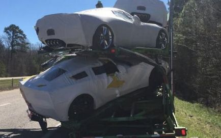 Un choque lateral entre camiones causa daños en varios Corvette 2017