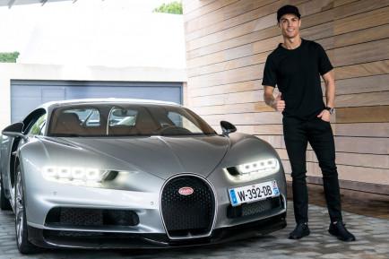 Cristiano Ronaldo junto al Bugatti Chiron - SoyMotor.com