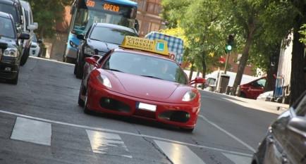Esta autoescuela te regala una vuelta en Ferrari si apruebas - SoyMotor.com