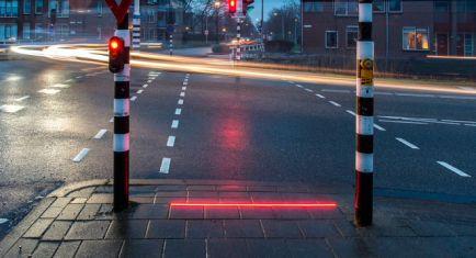 Un semáforo en el suelo contra los adictos al móvil: ¡alto, smombies! - SoyMotor.com