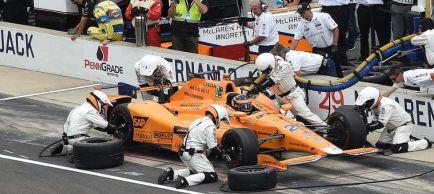 """Alonso abandona tras liderar en Indianápolis: """"Nos merecíamos acabar"""""""