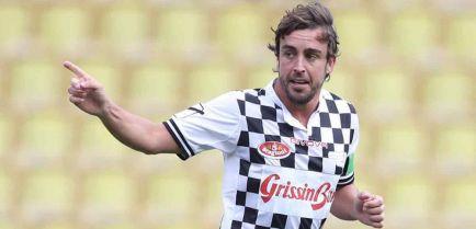 Alonso lidera un combinado de pilotos en un partido de fútbol