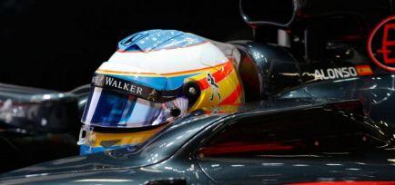 Alonso sugiere la calle de boxes para deshacerse de los 'tear-off'