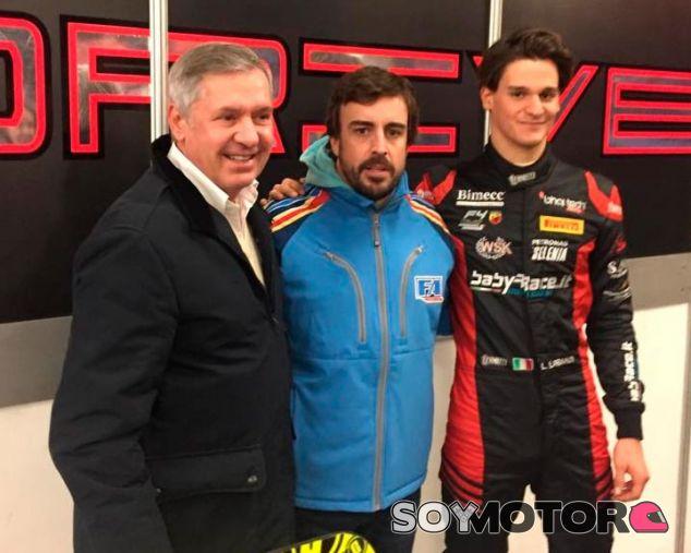 Alonso supervisa los primeros pasos de su equipo de Fórmula Renault - SoyMotor