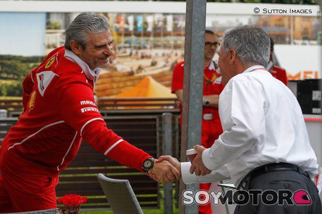 Maurizio Arrivabene y Chase Carey en Australia - SoyMotor.com