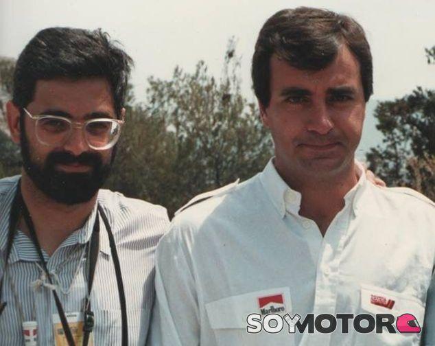 Raymond Blancafort a la derecha de Carlos Sainz –SoyMotor.com