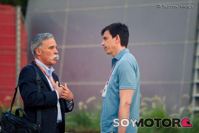 Chase Carey y Toto Wolff en Sakhir - SoyMotor.com