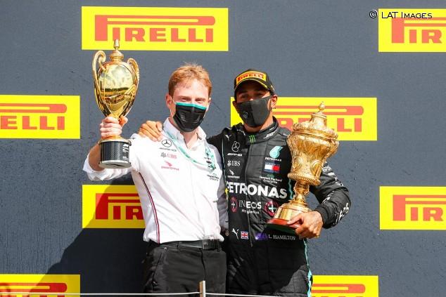 Gilles Pironi en el podio de Silverstone con Lewis Hamilton - SoyMotor.com