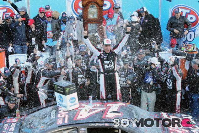 Clint Bowyer y el equipo Stewart-Haas - SoyMotor.com