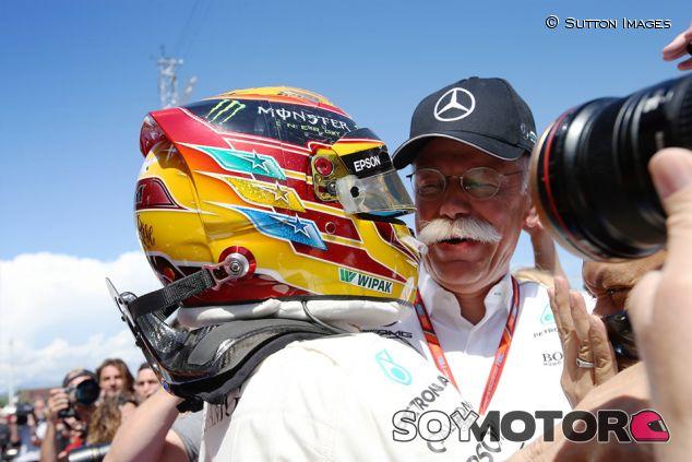 Lewis Hamilton y Dieter Zetsche en Barcelona - SoyMotor.com