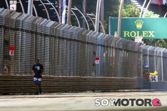 El espontáneo de Singapur caminando por la pista del Marina Bay - LaF1