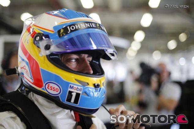 Fernando Alonso en el box de McLaren - LaF1