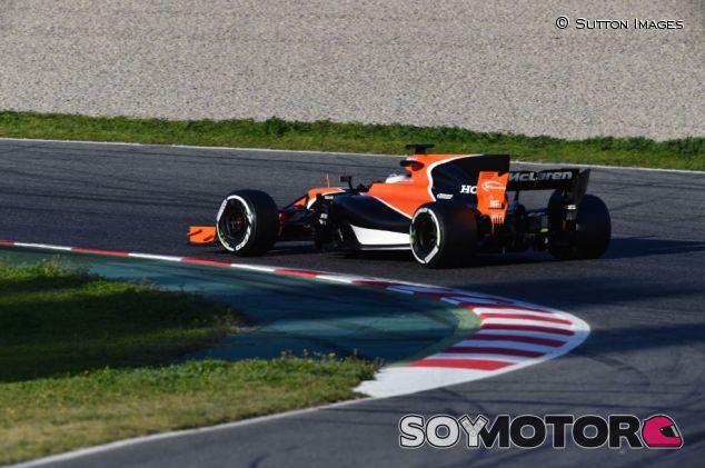 Fernando Alonso en el Día 3 de pretemporada en el Circuit de Barcelona-Catalunya - SoyMotor