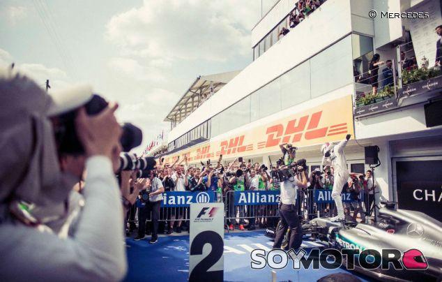 Lewis Hamilton celebra su victoria en Hungría - LaF1
