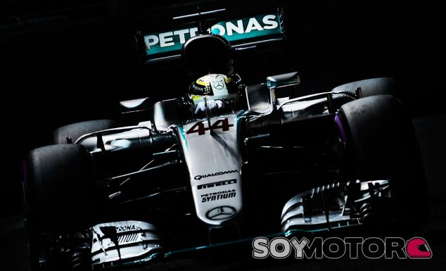 Lewis Hamilton en la noche de Singapur - LaF1