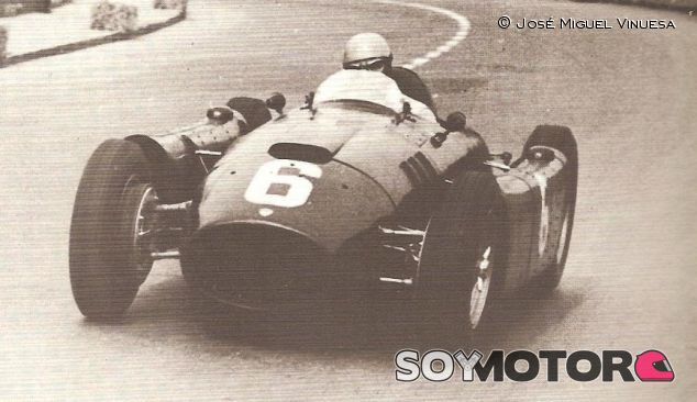 Alberto Ascari pilotando su Lancia D50 con el que ganaría el Gran Premio de Nápoles - LaF1