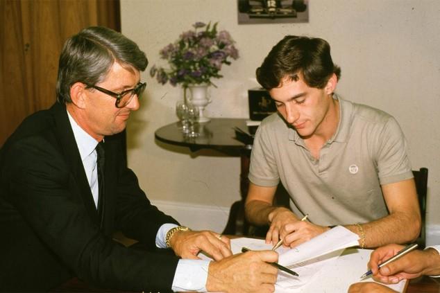 Ayrton Senna firma su contrato con Lotus en 1985 en presencia de Peter Warr - SoyMotor