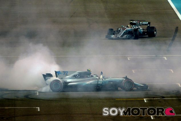 Bottas celebra la victoria en Abu Dabi, con Hamilton al fondo - SoyMotor.com