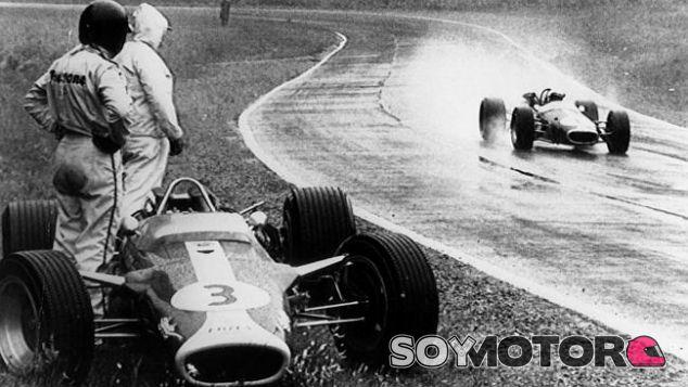 Jim Clark observa cómo Jack Brabham toma el liderato tras su abandono - LaF1