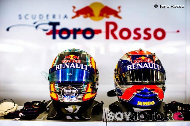 Los cascos de Carlos Sainz y Max Verstappen en el box de Toro Rosso - LaF1
