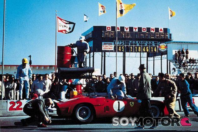 Phil Hill en las 3 horas de Daytona de 1962 - SoyMotor