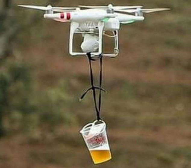 Surrealismo en el WRC (IX): un dron repartió cerveza y chorizo entre los aficionados - SoyMotor.com