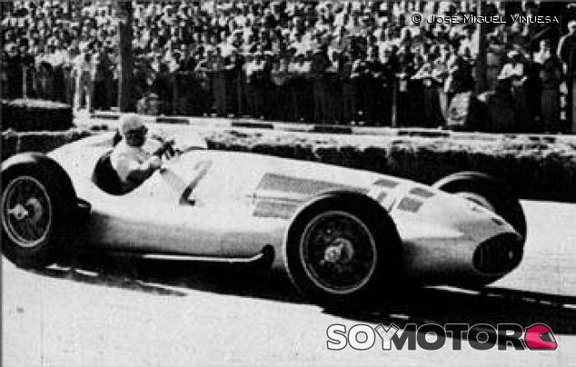 Juan Manuel Fangio con el Mercedes W154 - SoyMotor