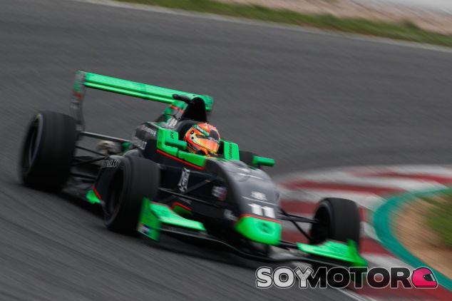 Sacha Fenestraz con su coche de la Eurocup 2.0 – SoyMotor.com