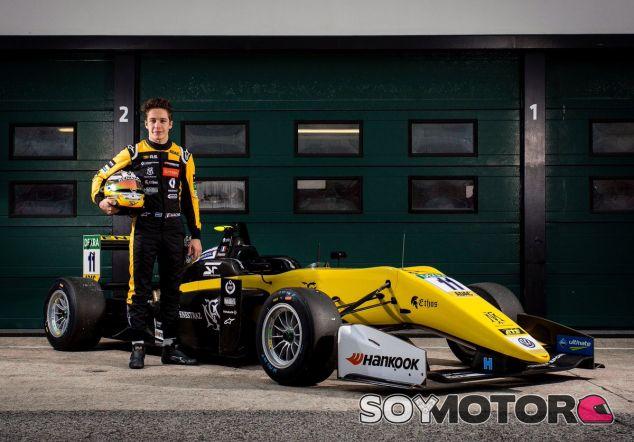 Sacha Fenestraz con su F3 de Carlin y los colores de Renault para 2018 – SoyMotor.com