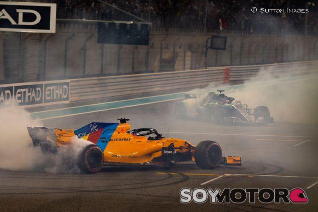 Fernando Alonso y Lewis Hamilton en Yas Marina - SoyMotor.com