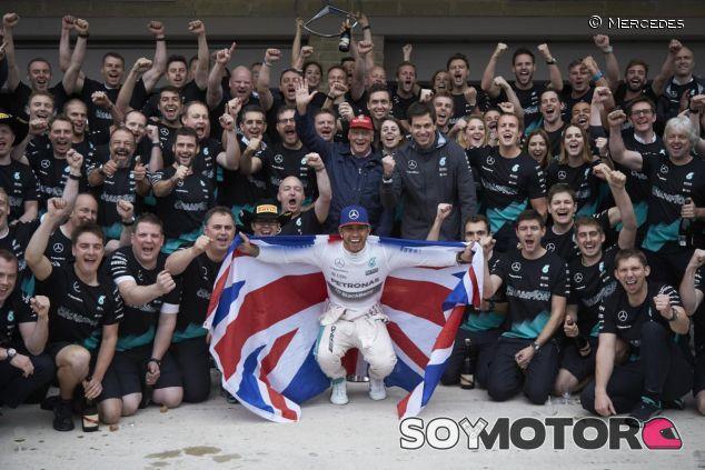 Hamilton celebrando su tricampeonato con el equipo Mercedes en Austin - LaF1