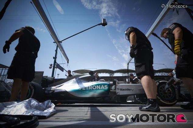 Lewis Hamilton haciendo un pit stop durante los libres de Hungría - LaF1