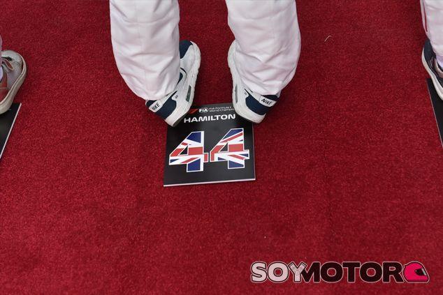 Cartel con el nombre y el dorsal de Lewis Hamilton en Bakú - SoyMotor.com