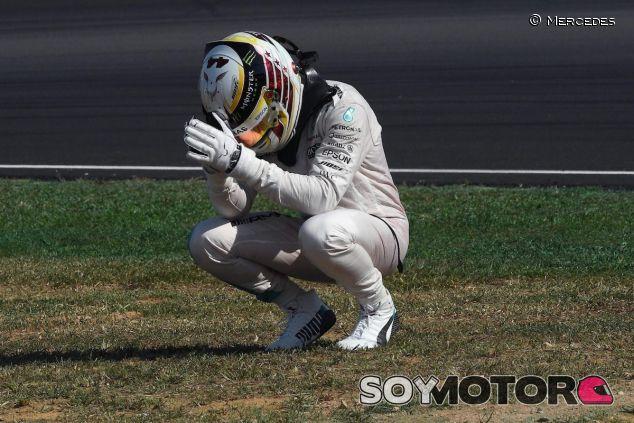 Lewis Hamilton se lamenta tras su abandono en Sepang - LaF1