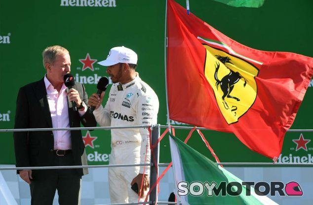 Lewis Hamilton en el podio de Monza - SoyMotor.com