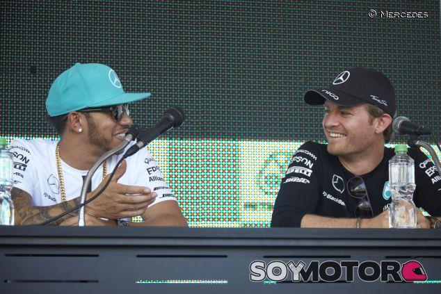 Lewis Hamilton y Nico Rosberg, sonrientes en un acto de Mercedes - LaF1