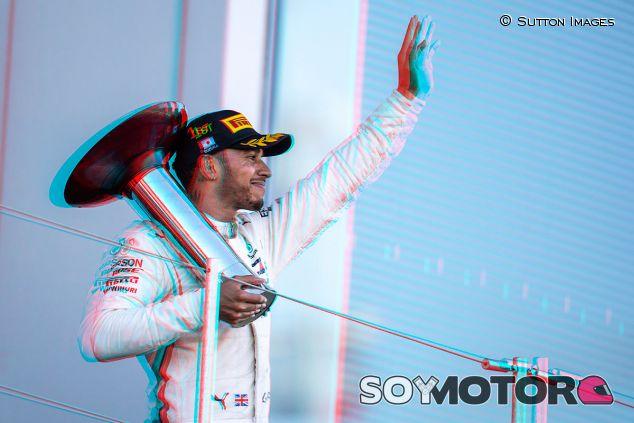 Lewis Hamilton en el podio del GP de Japón - SoyMotor