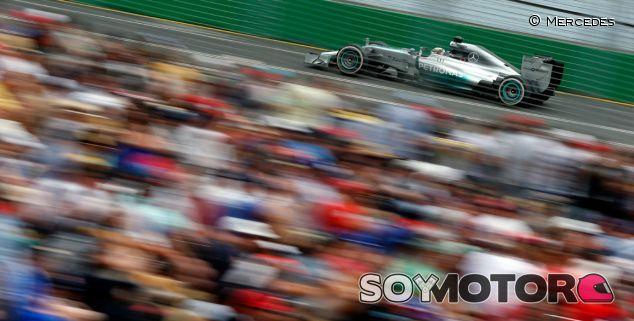Lewis Hamilton acelera frente a la afición de Melbourne - LaF1