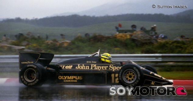Ayrton Senna en Portugal 1985, con el Lotus negro y dorado patrocinado por John Player Special - LaF1