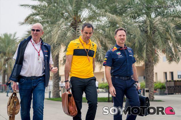 Helmut Marko, Cyril Abiteboul y Christian Horner en Sakhir - SoyMotor.com
