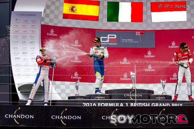 Junto a Antonio Fuoco y Charles Leclerc en el podio de Silverstone - LaF1