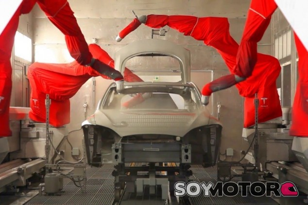 Robots aplican la base de pintura a un Tesla Model S - SoyMotor.com